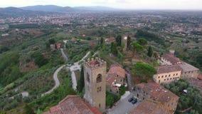 Tiro aéreo, pequeño pueblo italiano clásico magnífico en el paso elevado de la colina, en el centro de la naturaleza verde, hecho almacen de metraje de vídeo