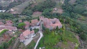 Tiro aéreo, pequeño pueblo italiano clásico magnífico en el paso elevado de la colina, en el centro de la naturaleza verde, hecho almacen de video