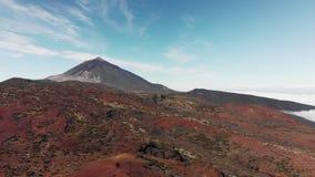Tiro aéreo Pico del volcán de la montaña Paisaje volcánico rojo Islas Canarias, volcán de Teide Parque nacional E almacen de metraje de vídeo