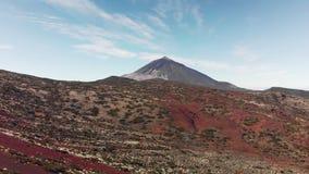 Tiro aéreo Pico superior del volcán de Teide en un valle volcánico de la montaña en un día claro soleado En el primero plano allí almacen de metraje de vídeo