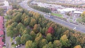 Tiro aéreo por el abejón, camino de la carretera A16, ciudad del zwijndrecht, Países Bajos almacen de video