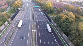Tiro aéreo por el abejón, camino de la carretera A16, ciudad del zwijndrecht, Países Bajos metrajes
