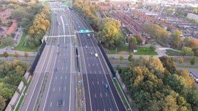 Tiro aéreo por el abejón, camino de la carretera A16, ciudad del zwijndrecht, Países Bajos almacen de metraje de vídeo