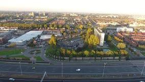 Tiro aéreo por el abejón, camino de la carretera A16, ciudad de Zwijndrecht, Países Bajos almacen de metraje de vídeo
