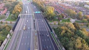 Tiro aéreo por el abejón, camino de la carretera A16, ciudad de Zwijndrecht, Países Bajos metrajes