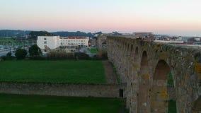 Tiro aéreo que desce lentamente por Santa Clara Aqueduct em Vila do Conde, Portugal vídeos de arquivo
