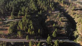 Tiro aéreo Rango de montaña Camino de enrrollamiento de la montaña - serpentina, vuelta de la horquilla, en la cual los coches es almacen de metraje de vídeo