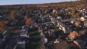 Tiro aéreo reverso de la vecindad occidental típica de Pennsylvania almacen de video