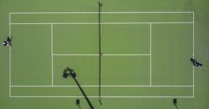 Tiro aéreo simétrico de um campo do tênis fotos de stock royalty free
