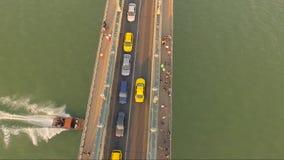 Tiro aéreo surpreendente do tráfego de carro em uma ponte da cidade video estoque