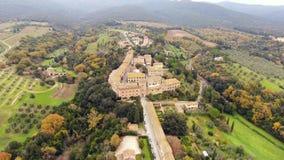 Tiro aéreo, uma cidade antiga pequena situada no meio da paisagem rural com campo cultivado e muitas oliveiras em Tusc video estoque