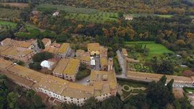 Tiro aéreo, uma cidade antiga pequena situada no meio da paisagem rural com campo cultivado e muitas oliveiras em Tusc filme