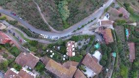 Tiro aéreo, vila italiana pequena clássica lindo no acercamento do monte, no meio da natureza verde, feito com zangão video estoque