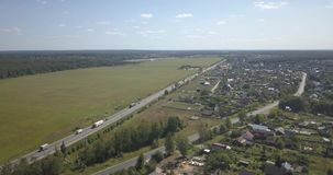 Tiro aéreo: vila pequena bonita ou distrito pixéis de 4k 4096 x 2160 video estoque