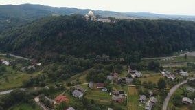Tiro aéreo, voando sobre o monastério de Goshiv, Ucrânia vídeos de arquivo