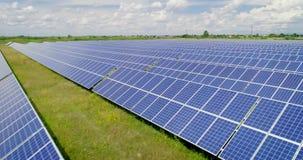 Tiro aéreo: Voo sobre os painéis solares, energie alternativo video estoque