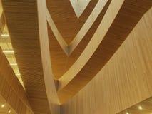 Tiro abstrato dos interiores de madeira na biblioteca pública central nova de Calgary imagem de stock royalty free