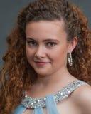 Tiro adolescente confiado de la cabeza de la belleza en vestido azul claro Foto de archivo