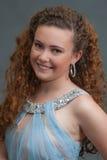 Tiro adolescente sonriente de la cabeza de la belleza en vestido azul claro a la izquierda Fotos de archivo libres de regalías