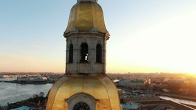 Tiro aereo intorno al campanile del Peter e di Paul Fortress al tramonto - nel centro storico di St Petersburg archivi video
