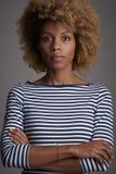 Tiro afro-americano seguro do estúdio da mulher imagens de stock royalty free
