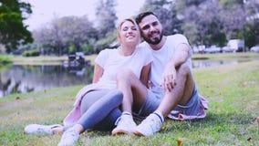 Tiro al aire libre de pares jovenes en ejercicio del amor en el campo de hierba almacen de video