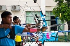 Tiro al arco de la práctica, deporte de las personas nacionales tailandesas Foto de archivo