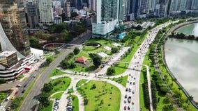 Tiro ancho aéreo del tráfico de ciudad de Panamá en el centro de la ciudad de la ciudad, orilla metrajes