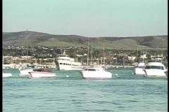 Tiro ancho de barcos en puerto metrajes