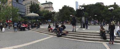 Tiro ancho de la gente a lo largo de Union Square y de la 14ta calle NYC Imagenes de archivo