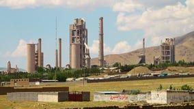 Tiro ancho de la planta de la refinería de petróleo en Azerbaijan almacen de video