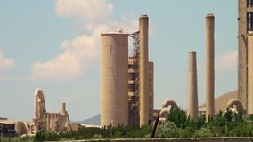 Tiro ancho de la refinería de petróleo de Azerbaijan almacen de metraje de vídeo