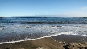Tiro ancho de las olas oceánicas que suben en Sandy Beach almacen de video
