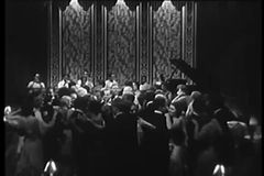 Tiro ancho de los pares que bailan en club nocturno metrajes