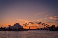 Tiro ancho de Sydney Opera House y del puente del puerto, silueteado contra a imagen de archivo libre de regalías