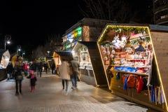 Tiro ancho de una cabina del mercado de la Navidad en el sur el Tyrol Italia de Merano, con una luz hermosa durante noche y la ge imagen de archivo