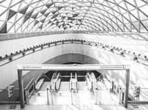 Tiro ancho de una estación de metro blanca en una ciudad urbana con un techo de cristal y una arquitectura hermosos imagenes de archivo