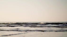 Tiro ancho del ángulo bajo sobre ondas grises con las burbujas minúsculas metrajes