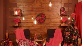 Tiro ancho del sitio hermoso adornado en estilo de la Navidad almacen de metraje de vídeo