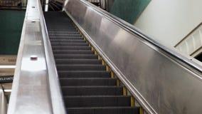 Tiro anguloso de la escalera móvil que entra abajo en la estación de metro subterráneo almacen de video