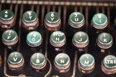 Tiro anguloso de llaves en una máquina de escribir antigua imagen de archivo