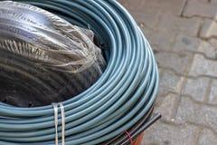 Tiro anguloso para los alambres azules, negros y de color naranja del cable fotografía de archivo