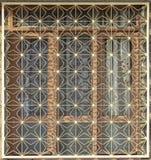 Tiro anteriore della struttura verde tradizionale di sicurezza della finestra del metallo in villaggio turco fotografia stock libera da diritti