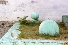 Tiro anteriore di fine di prospettiva di vecchia tomba dell'ottomano con colore verde immagini stock