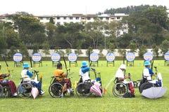 Tiro ao arco da cadeira de roda para pessoas incapacitadas Imagem de Stock