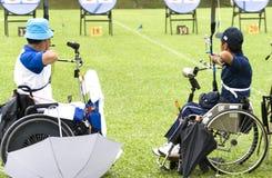Tiro ao arco da cadeira de roda para pessoas incapacitadas Fotos de Stock