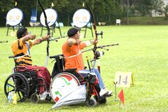 Tiro ao arco da cadeira de roda para pessoas incapacitadas fotografia de stock royalty free
