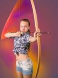 Tiro ao arco praticando da menina adolescente no sumário Imagem de Stock