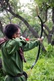 Tiro ao arco profissional do alvo, caçando na floresta Foto de Stock