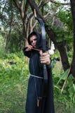 Tiro ao arco profissional do alvo, caçando na floresta Imagem de Stock